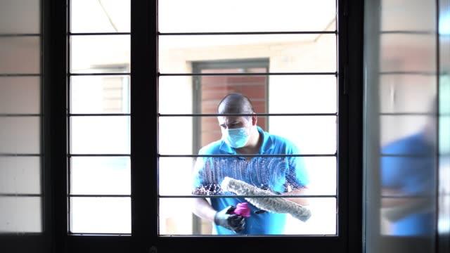 vídeos y material grabado en eventos de stock de personal de limpieza desinfección de las ventanas para evitar la propagación de covid19 - brigada