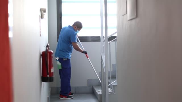 vídeos y material grabado en eventos de stock de limpieza del personal desinfección para evitar la propagación de covid19 - brigada