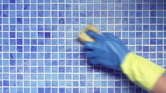 vídeos de stock, filmes e b-roll de limpeza de piscina de azulejo - luvas