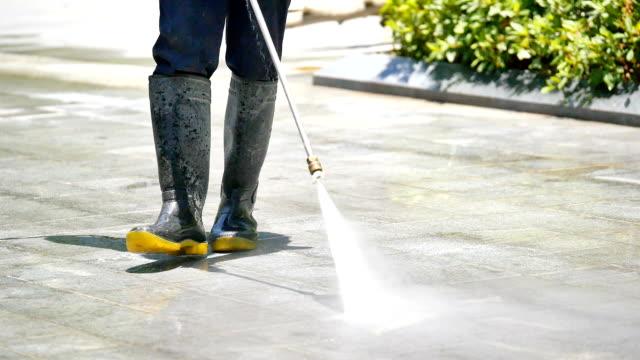 cleaning the floor by spaying water - myć filmów i materiałów b-roll