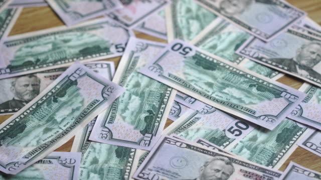 rengöring av golvet i spridda pengar med en kvast och skopa - dirty money bildbanksvideor och videomaterial från bakom kulisserna