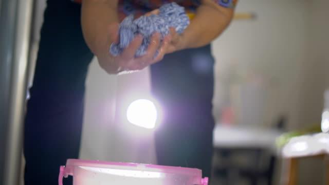 bir paspas ile zemin temizleme. - islak stok videoları ve detay görüntü çekimi