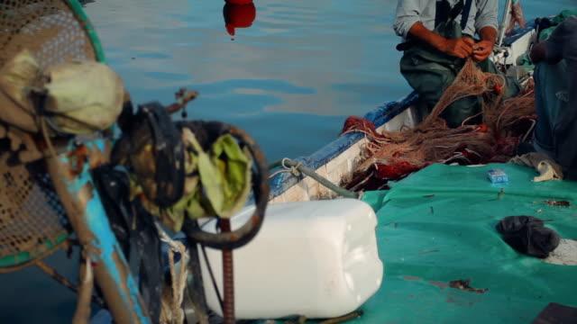 清洗網在地中海漁港 - sicily 個影片檔及 b 捲影像