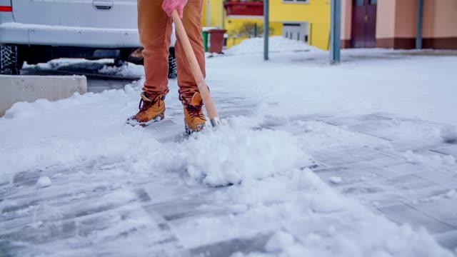 rengöring av snön från uppfart - skyffel bildbanksvideor och videomaterial från bakom kulisserna
