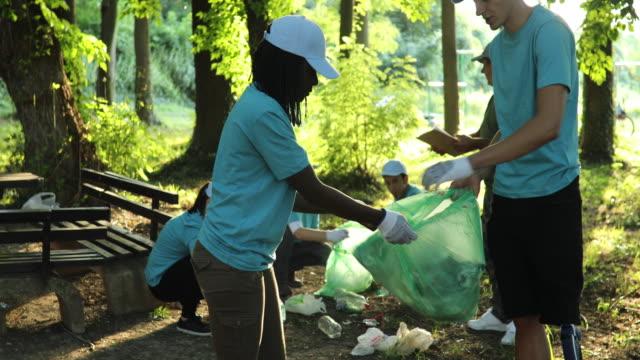 rengöring tillsammans är kul - välgörenhet bildbanksvideor och videomaterial från bakom kulisserna