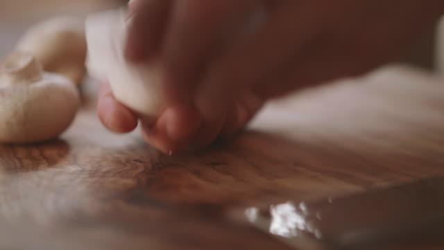 reinigung weißer pilz - speisepilz pilz stock-videos und b-roll-filmmaterial