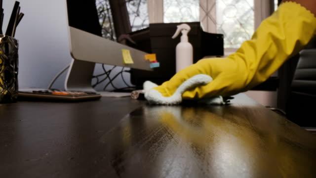 ワイピングクロス、ドリーマクロショットで作業机をきれいにします。 ビデオ