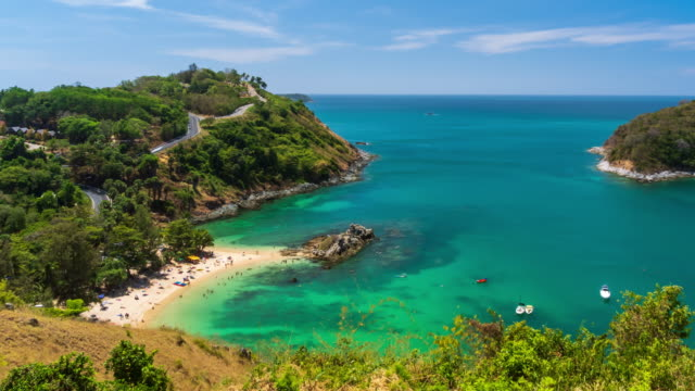 vidéos et rushes de clair bleu andaman mer de windmill view point près de laem promthep cape, phuket, thaïlande; zoom avant - time lapse - mer d'andaman