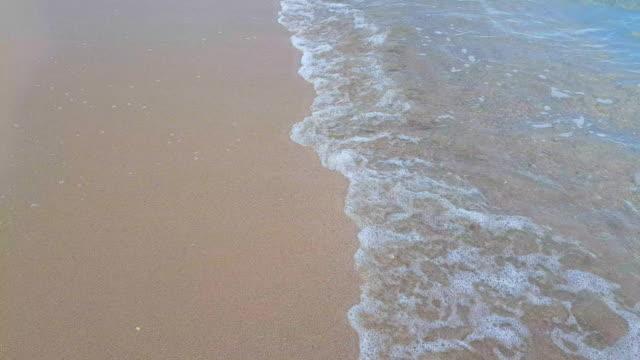 stockvideo's en b-roll-footage met heldere zee golven over de achtergrond van het zandstrand - grace bay