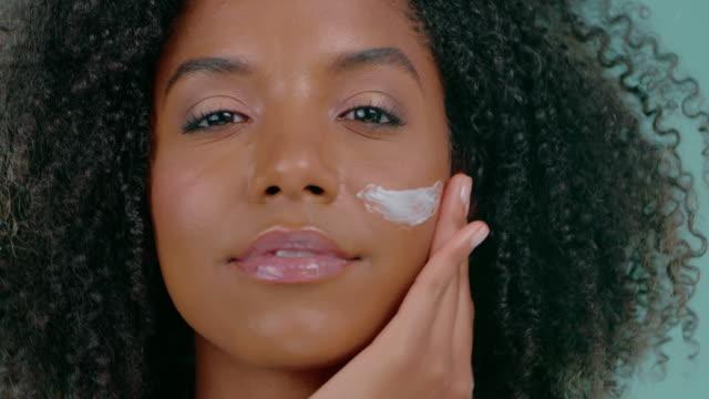 透明な肌は彼女を美しく感じさせる - 人の肌点の映像素材/bロール