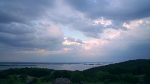 vidéos et rushes de effacer le ciel au-dessus de beau paysage - ciel couvert