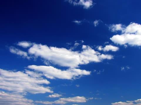 vídeos de stock, filmes e b-roll de amigo: (simples) céu claro - só céu