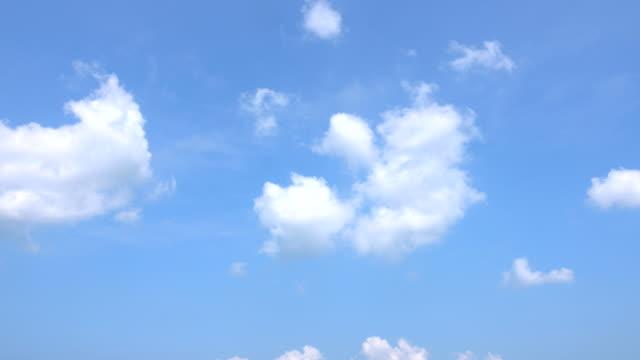 vídeos de stock, filmes e b-roll de céu claro com uma nuvem - só céu
