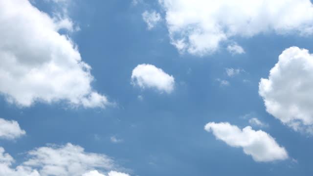 vídeos de stock, filmes e b-roll de céu claro com uma nuvem. - cúmulo