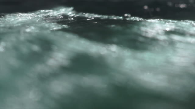vidéos et rushes de claire de descente gros plan - eau vive