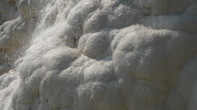 l'eau claire coule vers le bas de la montagne blanche de montagne de marbre calcaire - Vidéo
