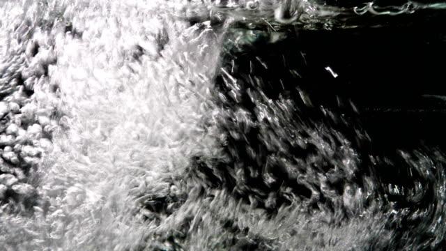 clear water poured into large transparent glass aquarium - vídeo