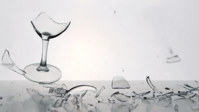 klare winegalss fällt und pausen auf einem weißen tisch - weinglas stock-videos und b-roll-filmmaterial