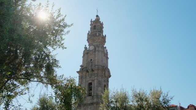 clerigos kulesi porto ağaçlar aracılığıyla görüldü - fransa kralı i. fransuva stok videoları ve detay görüntü çekimi