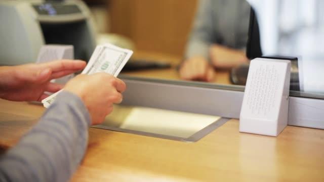 stockvideo's en b-roll-footage met klerk tellen van geld en klant op bankkantoor van de - uitwisselen