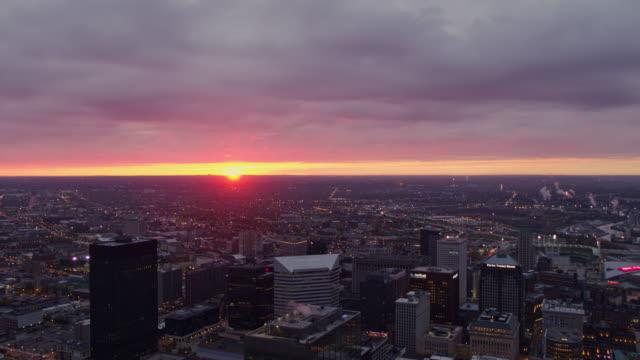 vídeos de stock, filmes e b-roll de cleveland ohio aerial v37 voando acima do horizonte do centro olhando para o nascer do sol com paisagem urbana de tráfego - outubro de 2017 - sol nascente horizonte drone cidade