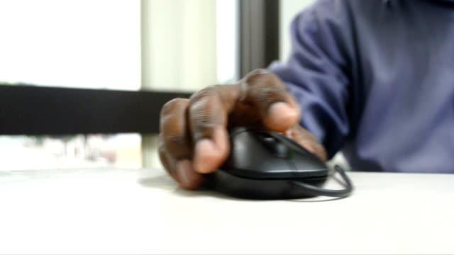 hd: klicken sie auf einen computer mouse - computermaus stock-videos und b-roll-filmmaterial