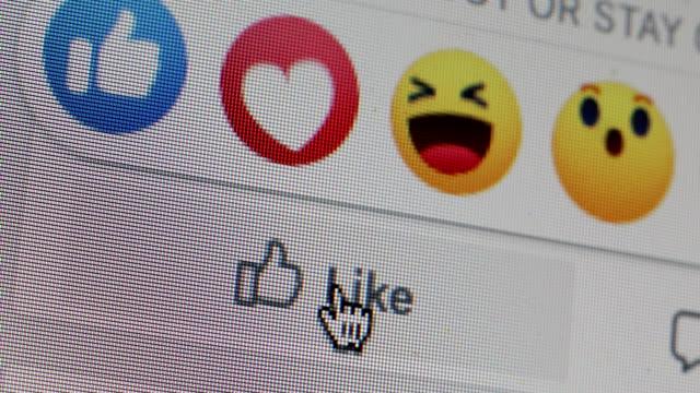 cliccando sul cuore di facebook, mi piace - icona mi piace video stock e b–roll