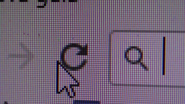 yenile düğmesini bilgisayar ekran makro closeup tıklayarak - serinletici stok videoları ve detay görüntü çekimi