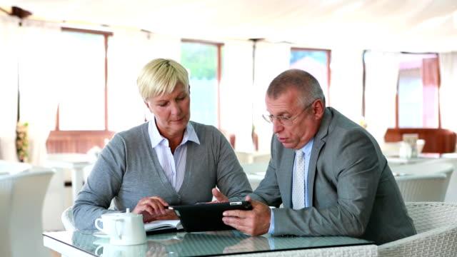 vídeos de stock e filmes b-roll de o cliente - senior business woman tablet