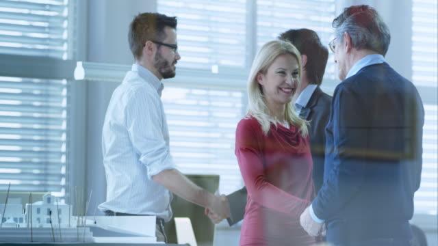 TU Kunden Händeschütteln mit dem Architekten in Büro – Video