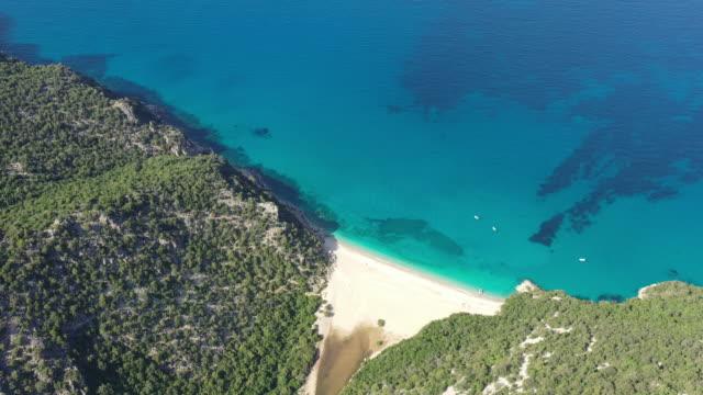 Klippe und geheimer Strand in Sardinien – Video