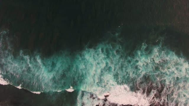 vídeos de stock e filmes b-roll de cliff in uluwatu temple aerial view - transatlântico