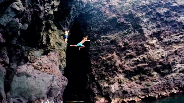 vidéos et rushes de le saut de falaise à hawaï. summer fun style de vie. - falaise