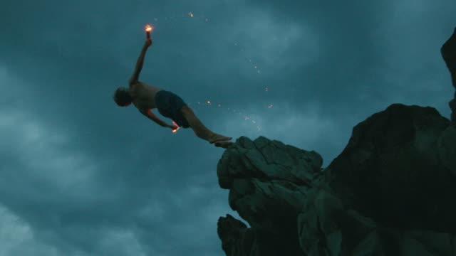 klippenspringen, es ist extremer mit feuer und backflips - stuntman stock-videos und b-roll-filmmaterial