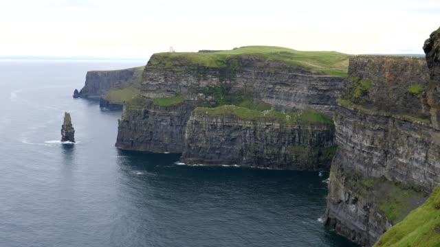 海の島からパンするモハーの断崖 - 崖点の映像素材/bロール