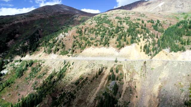 vídeos de stock, filmes e b-roll de cliffside rodovia, estrada, ao longo do lado independência passe perto de vale da montanha de aspen, colorado - independence pass