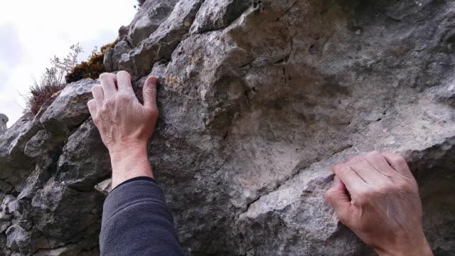 climber bouldering at hanging rock close-up - inerpicarsi video stock e b–roll