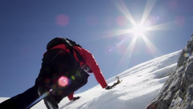 альпинист поднимается на снежные горы - альпинизм стоковые видео и кадры b-roll