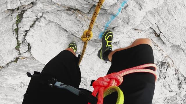 pov klättrare som håller för ett rep medan du går ner för ett brant berg - wengen bildbanksvideor och videomaterial från bakom kulisserna