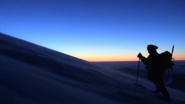 stockvideo's en b-roll-footage met climber - sneeuwkap
