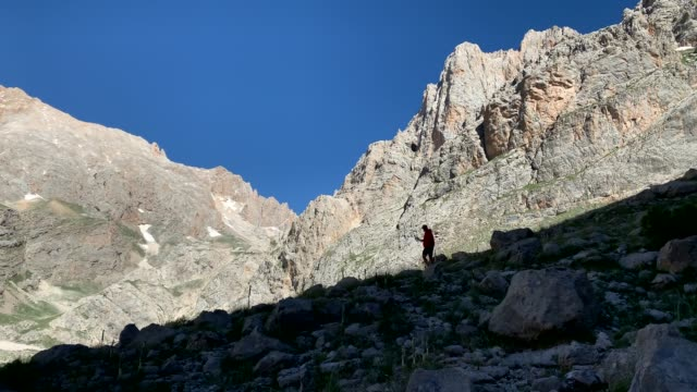 vídeos y material grabado en eventos de stock de climber camina por terreno malo, montaña aladag, turquía - terreno extremo