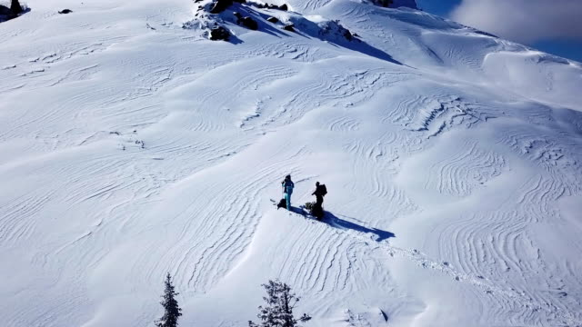 vídeos de stock e filmes b-roll de climbers walking up mountain expedition aerial flight epic mountain range climb to success beautiful peak winter vacation exploration adventure hiking tourism concept. - lago baikal