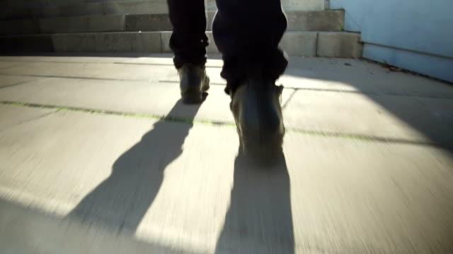 ローアングル、階段を登って撮影。時間の経過 - 後に続く点の映像素材/bロール