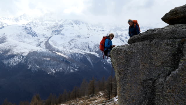vídeos de stock e filmes b-roll de climbing instructor teaches female student how to abseil (rappel) from rocky bluff - dedicação