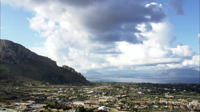攀登到南部的山機場-鳥瞰圖-西西里島, 巴勒莫, terrasini, 義大利 - sicily 個影片檔及 b 捲影像