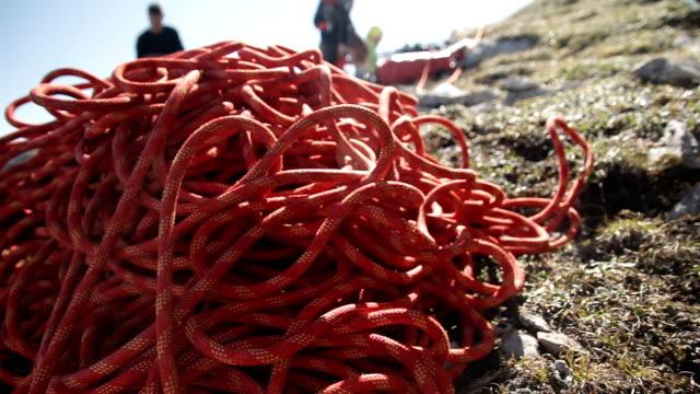 stockvideo's en b-roll-footage met close-up van touw klimmen. - touw