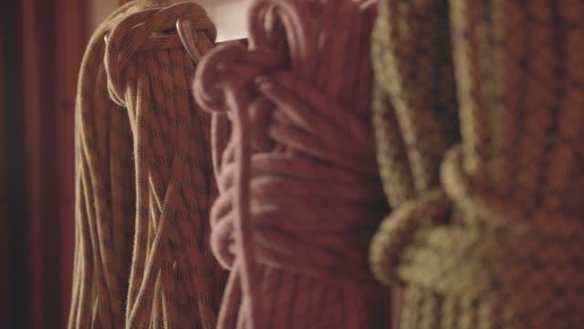 山小屋の朝の光にぶら下がっているロープを登る - スポーツ用品点の映像素材/bロール