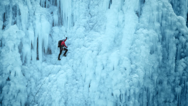 climbing the ice slope - eisklettern stock-videos und b-roll-filmmaterial