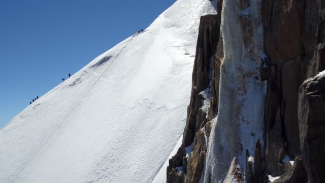 climbing to aiguille du midi - monte bianco video stock e b–roll