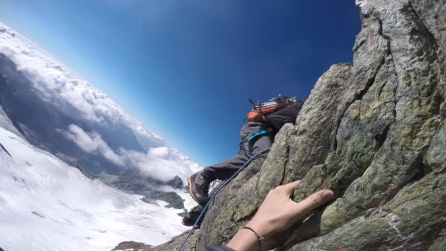 vídeos y material grabado en eventos de stock de pov trepando por el acantilado y escarpada cresta alpina - escalada en rocas
